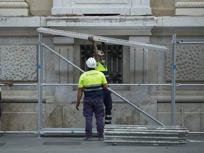 Varios operarios montan un andamio en un edificio del centro de Sevilla, el pasado septiembre.