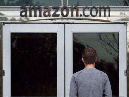 Un empleado entrando en las oficinas de Amazon