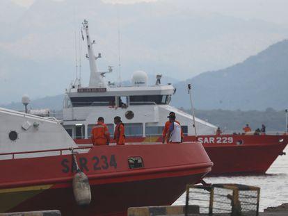 Dos buques que participan en la búsqueda del submarino indonesio desaparecido, en el puerto de Tanjung Wangi (este de Java), este sábado.