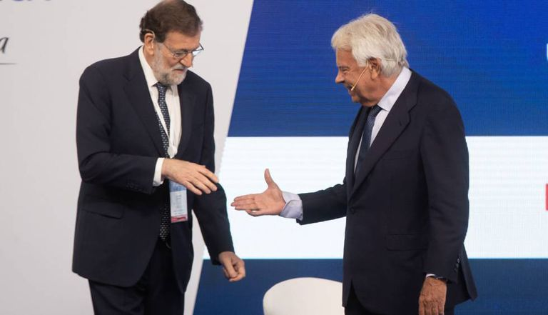 Mariano Rajoy y Felipe González se saludan en la edición del foro en 2019.