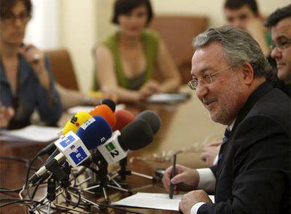 El ministro de Sanidad, Bernat Soria, durante la rueda de prensa que ha celebrado en Sevilla y en la que ha mandado un mensaje de tranquilidad a la población sobre el consumo del aceite de girasol.