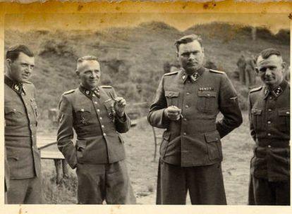 De izquierda a derecha, el doctor Mengele, Höss, Josef Kramer <i>(La Bestia de Belsen)</i> y otro oficial, en un descanso en Auschwitz.  Foto: EE UU Holocaust Memorial Museum