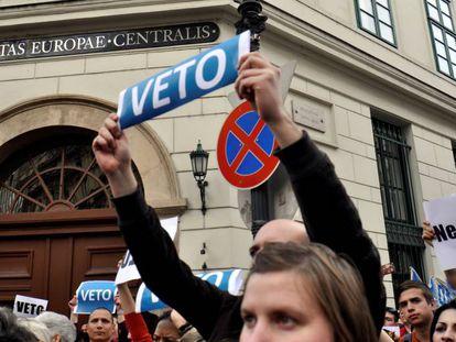 Manifestación de estudiantes y profesores a favor de la CEU en Budapest, el pasado 4 de abril.
