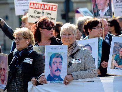 Manifestantes con fotos de las víctimas del amianto.