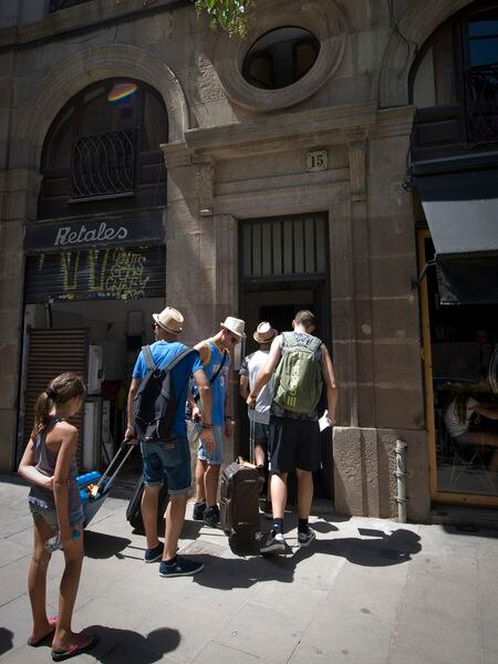 Un grupo de turistas entra en un edificio de Barcelona, el pasado julio.