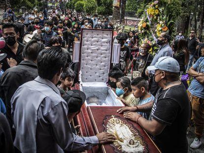 Entierro de Juan Luis Díaz Galicia, fallecido en el accidente de la línea 12 del metro, el pasado 5 de mayo en San Pedro Tláhuac, Ciudad de México.