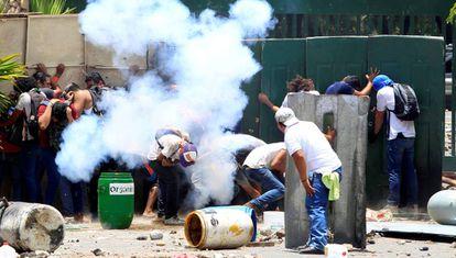 Varias personas se parapetan durante las protestas en la Universidad Agraria de Managua.