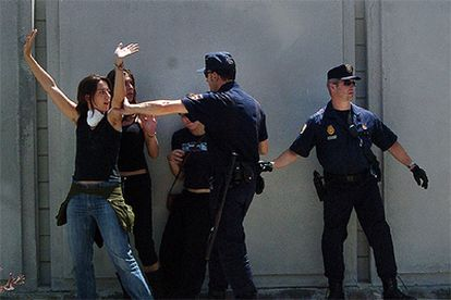 La policía detiene a dos jóvenes en el centro de inmigrantes de la Zona Franca, en Barcelona.