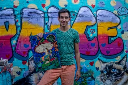 Andrés David Medina, aka 'Cult', con una de sus obras.