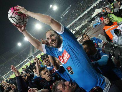 Higuaín celebra su récord de goles después del triplete al Frosinone
