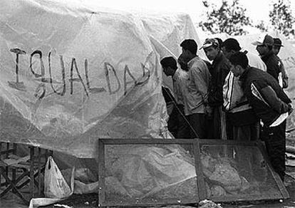 Reunión de magrebíes en febrero de 2000 durante la crisis desencadenada por la persecución violenta de inmigrantes en El Ejido (Almería).