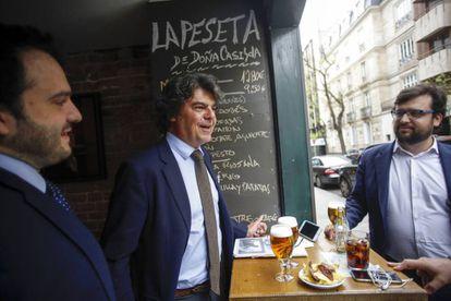 Jorge Moragas, jefe de la campana electoral del PP de cañas con gente de su equipo.