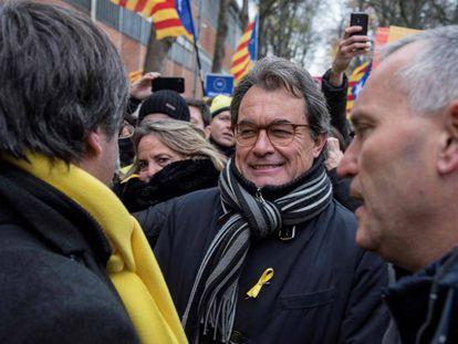 Artur Mas habla con Puigdemont (izquierda) durante la manifestación por la independencia de Cataluña en Bruselas, el 7 de diciembre.