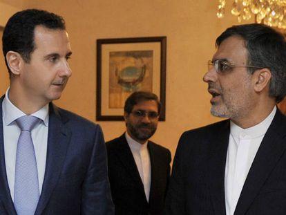 El presidente sirio Bachar el Asad junto al ministro iraní para Asuntos Árabes, Hossein Jaberi Ansari, el jueves en Damasco.
