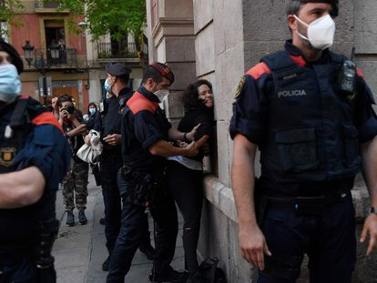 Los Mossos detienen a una joven en una protesta en el barrio de Gràcia de Barcelona.
