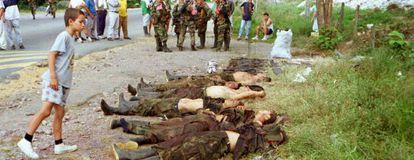 Un niño contempla los cadáveres de guerrilleros de las FARC, en el año 2000.