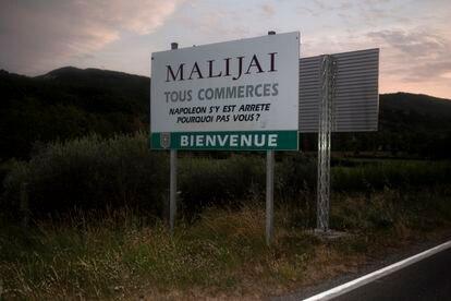 """""""Napoléon paró aquí. ¿Por qué no usted?"""", se lee en este cartel de bienvenida a la entrada de la localidad de Malijai, en la región de Provenza."""