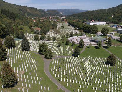 Vista aérea del memorial del genocidio de Srebrenica-Potocari en Bosnia Herzegovina en 2020. Un artículo científico sobre el uso de Facebook en un aniversario de la masacre revela consecuencias nuevas en cuanto al uso de las redes y polarización,