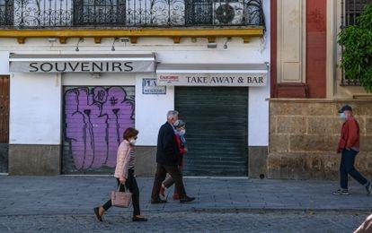 Una tienda de recuerdos y un bar cerrados en el centro de Sevilla, el 27 de abril.