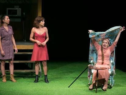 Un momento de la obra 'La pasión de Yerma' en los Teatros del Canal, en Madrid, con la actriz María León, en el centro.