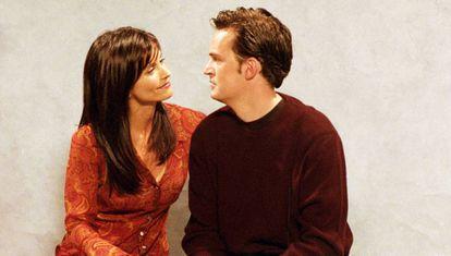 Courteney Cox y Matthew Perry, durante el rodaje de 'Friends' en 2001.