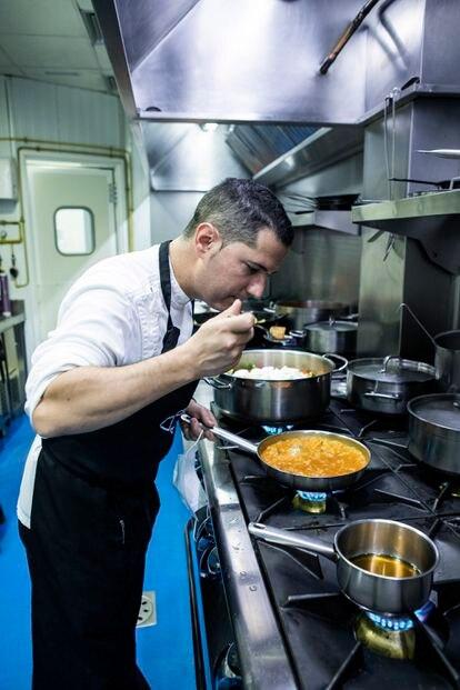 El chef Julio Vázquez en las cocinas del restaurante.