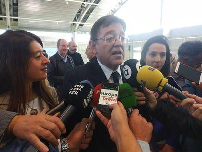 Ximo Puig atiende a los medios junto a la consejera de Innovación, Carolina Pascual.