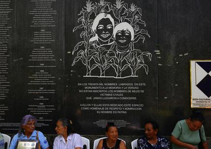 Mujeres salvadoreñas en el Monumento a la Memoria en San Salvador.