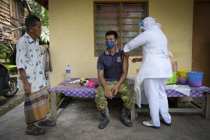 Vacunación en Sabab Bernam, un pueblo de Malasia, este martes.
