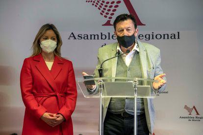 Los diputados de Ciudadanos en el parlamento murciano Ana Martínez Vidal y Juan José Molina, tras la votación del grupo parlamentario.