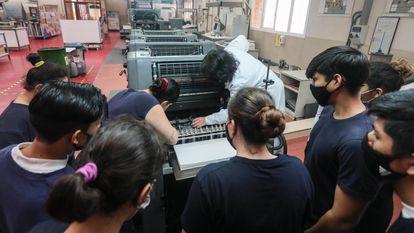 Alumnos y profesores en un aula del instituto de Formación Profesional Puerta Bonita (Carabanchel, Madrid), en octubre de 2020.