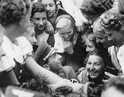 Joseph Goebbels, rodeado de mujeres, en Nuremberg en 1938.