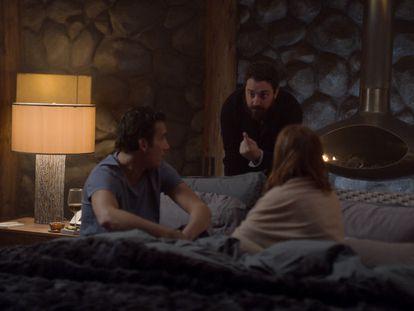 El director chileno Pablo Larraín, en el centro, dirigiendo a Clive Owen y Julianne Moore en una escena de 'La historia de Lisey', adaptación de un texto de Stephen King.