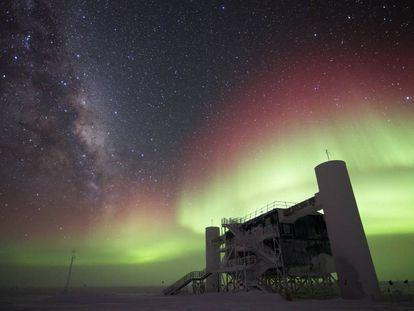 Imagen del laboratorio de detección de neutrinos IceCube, en la Antártida.