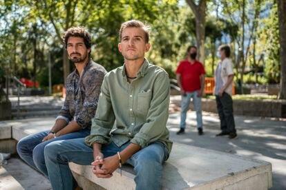 Pablo García (izquierda) y Gonzalo Perales (derecha), dos de los jóvenes creadores de 'Un Mismo Equipo' en Instagram. Al fondo, Ivan y R. C. , dos personas sin recursos a las que han ayudado a encontrar trabajo.