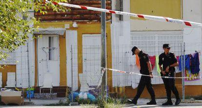 Dos agentes, esta mañana en la zona del tiroteo en las Tres Mil Viviendas.