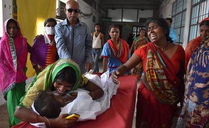 Un menor con encefalitis aguda en un hospital de Muzzaffarpur, al norte de India.