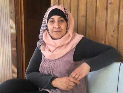 Eman Slameh en la entrada de su cabaña en el campamento de refugiados de Lavrio.
