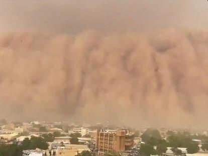 Un gigantesco muro de arena cubre la capital de Níger