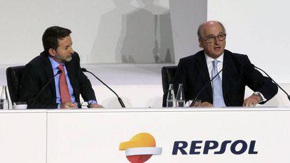 A la derecha, Antonio Brufau junto al consejero delegado, Josu Jon Imaz.