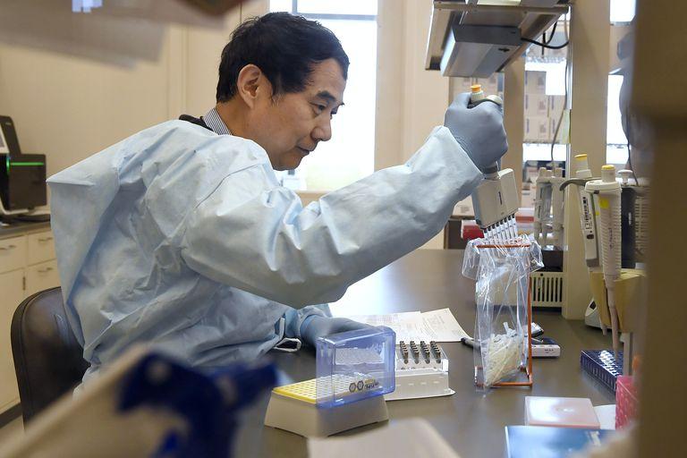 Un microbiólogo realiza una prueba de PCR para la detección del coronavirus.