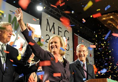Meg Whitman, junto a su marido, Griffith Harsh (derecha), durante la celebración de su triunfo en las primarias.