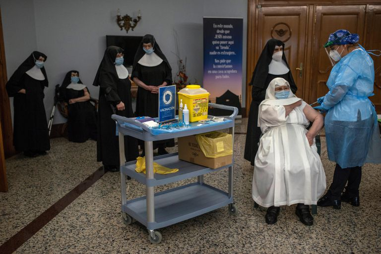 Una sanitaria vacuna a una monja en la Residencia San José, en Galicia.