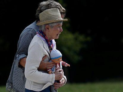 Una enferma de alzhéimer, en un centro de Dax (Francia) el pasado septiembre.
