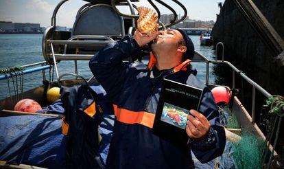 Xosé Iglesias, en su barco con su primer poemario.