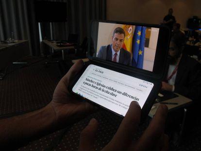 Un usuario utiliza el LG G8XThinQ con doble pantalla.