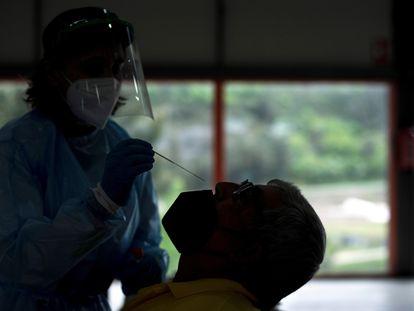 Una trabajadora sanitaria realiza una prueba PCR a un hombre este lunes en Sobradelo (Galicia).