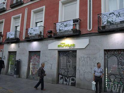 Balcones con banderas de Más Madrid, en la plaza de Tirso de Molina.