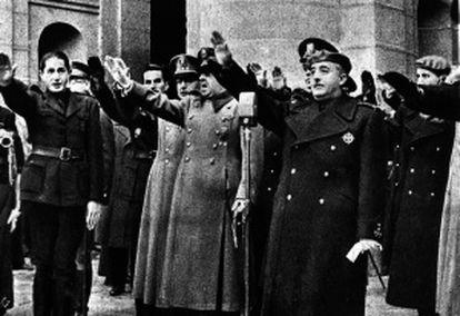 El general Francisco Franco junto a Dionisio Ridruejo, Francisco Franco Salgadoy Gamero del Castillo en el característico saludo fascista ante la tumba de José Antonio Primo de Rivera.
