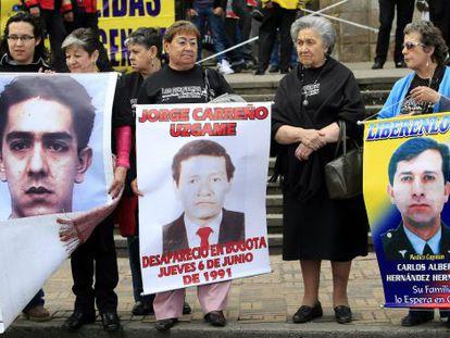 Familiares de secuestrados por las FARC protestan por su libertad en Bogotá.